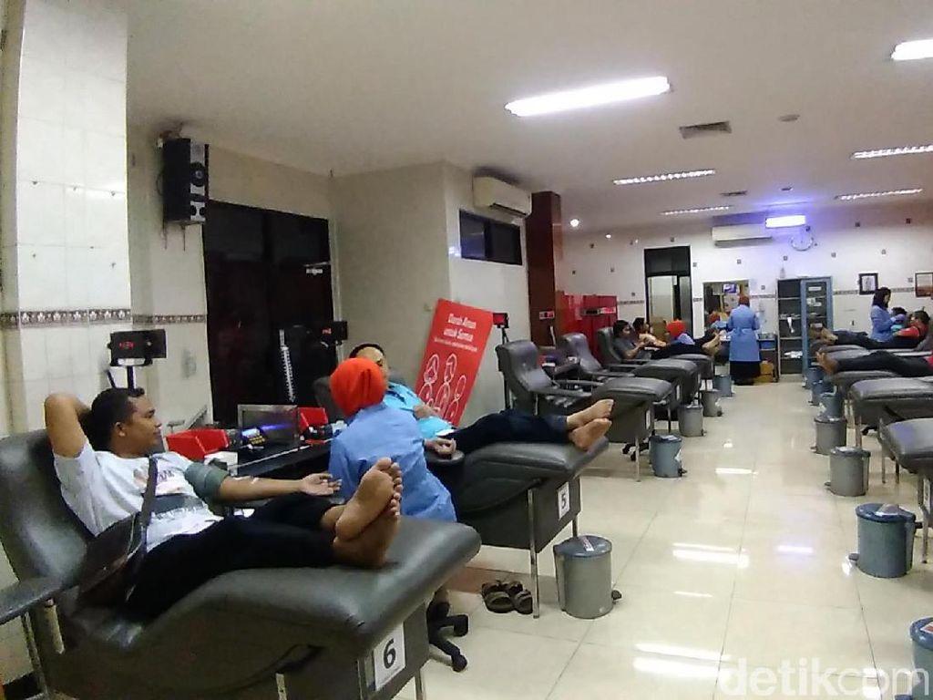 Hari Donor Darah Sedunia, Ratusan Pendonor Antre di PMI Surabaya