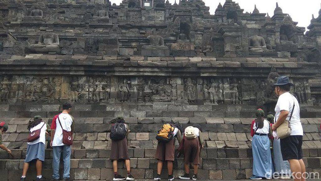 Foto: Aksi Bersih-bersih Candi Borobudur