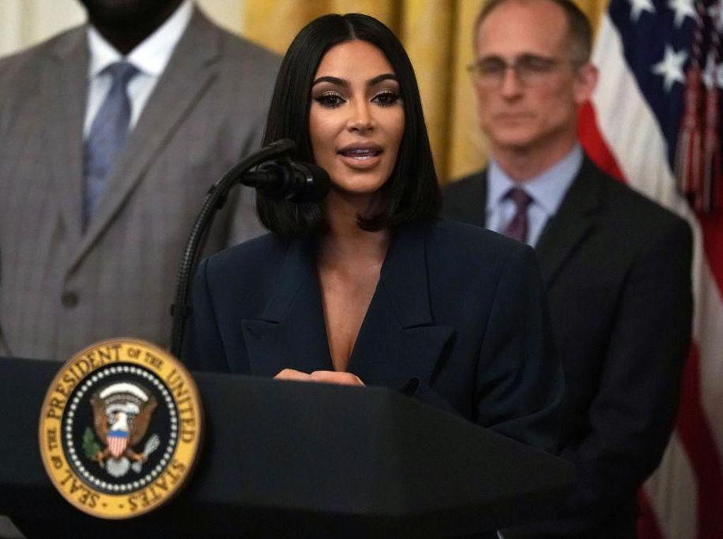 Daftarkan Kimono Jadi Merek Dagang Underwear, Kim Kardashian Dihujat