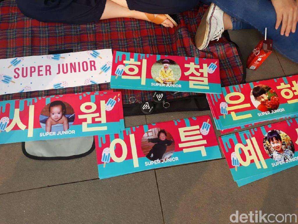Banner hingga Album, Pernak-Pernik Super Junior Bertebaran di Area Konser