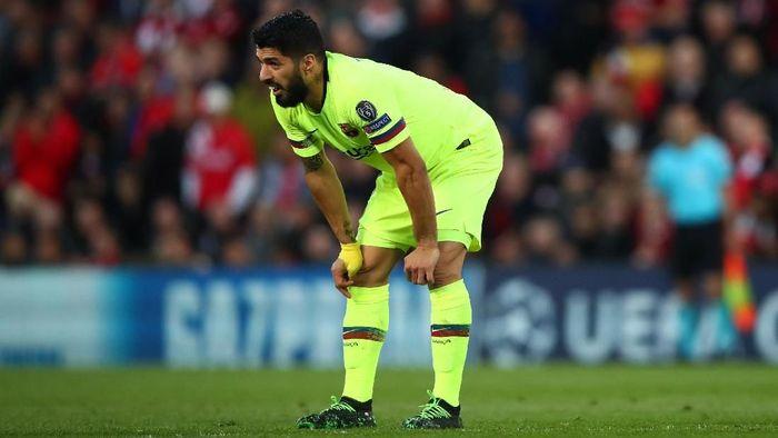 Luis Suarez tertunduk saat Barcelona dikalahkan Liverpool 0-4 di Anfield pada semifinal Liga Champions musim lalu. (Foto: Clive Brunskill/Getty Images)