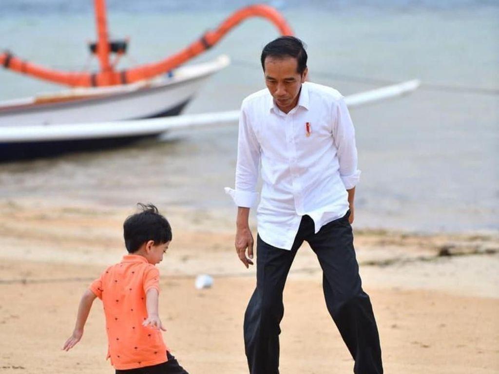 Akhir Pekan, Jokowi Main Bola Bareng Jan Ethes di Pantai Sanur