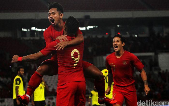 Para pemain Indonesia merayakan gol pertama Indonesia yang dicetakAlberto Goncalves di menit kedua.