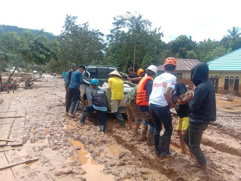 Lumpur Tebal Hambat Distribusi Bantuan untuk Korban Banjir Konawe
