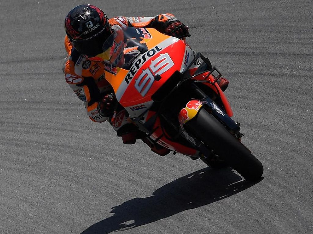 Lorenzo Kecelakaan Lagi di Catalunya, Motornya Naik ke Tumpukan Ban