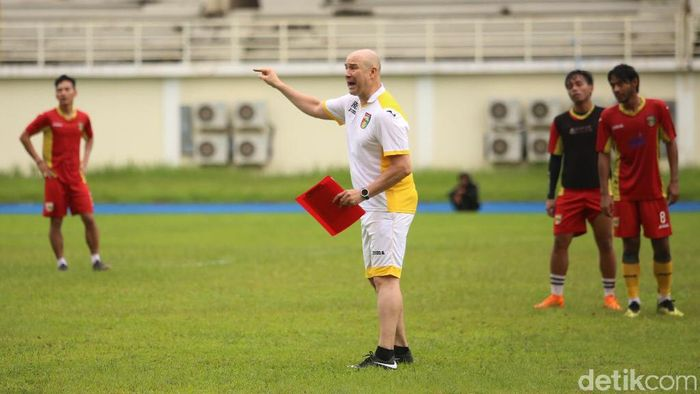 Pelatih Mitra Kukar, Rafael Berges Marin, turut bergembira ibukota RI pindah ke Kalimantan TImur. (Foto: Suriyatman/detikSport)