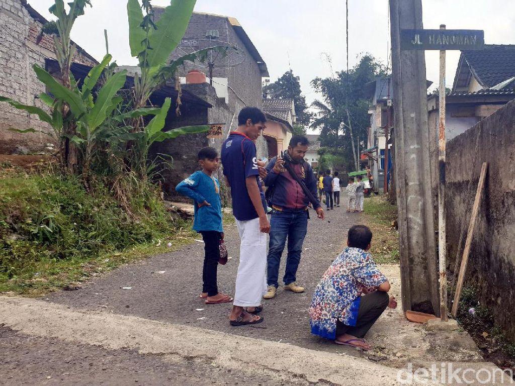 Warga Hanoman Sukabumi Kaget Asap ke Luar dari Bawah Tiang Beton Listrik