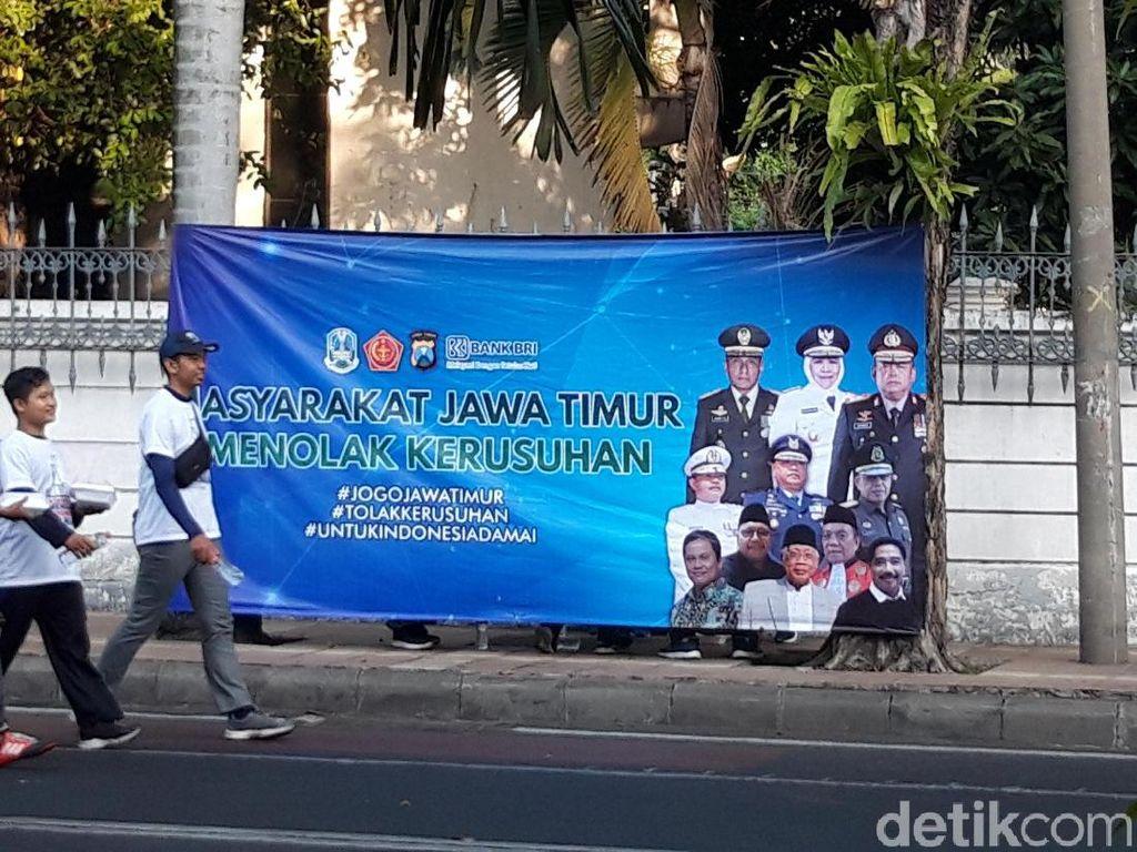 Spanduk Tolak Kerusuhan Hiasi Sudut Kota Surabaya