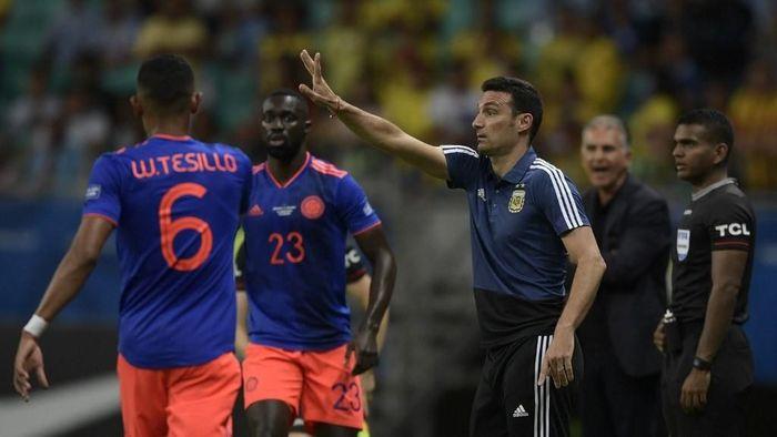 Pelatih timnas Argentina Lionel Scaloni menyalahkan lapangan setelah anak asuhnya dikalahkan Kolombia 0-2. (Juan MABROMATA / AFP)