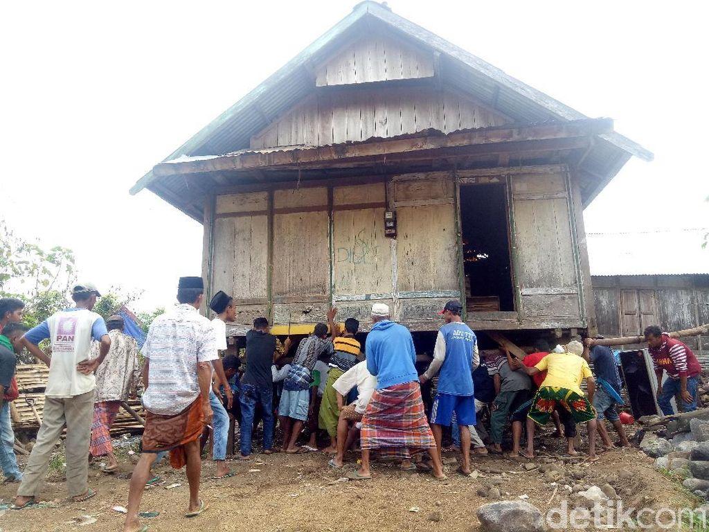 Foto: Tradisi Unik NTB, Angkat Rumah Ramai-ramai