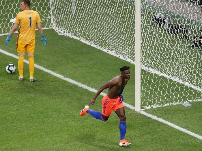 Pemain Kolombia Duvan Zapata merayakan gol ke gawang Argentina. Los Cafeteros menang 2-0 atas La Albiceleste. (Foto: Rodolfo Buhrer/Reuters)
