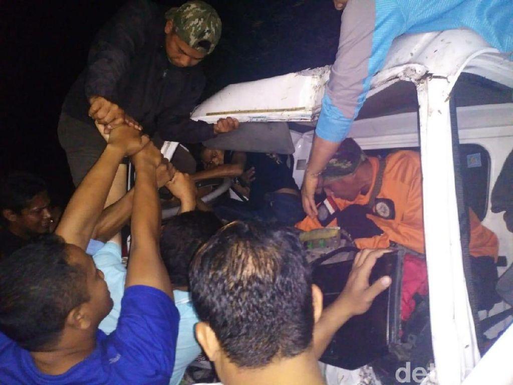 Truk Tangki Air Tabrak Mobil dan Pohon di Mojokerto, Sopir Sempat Terjepit