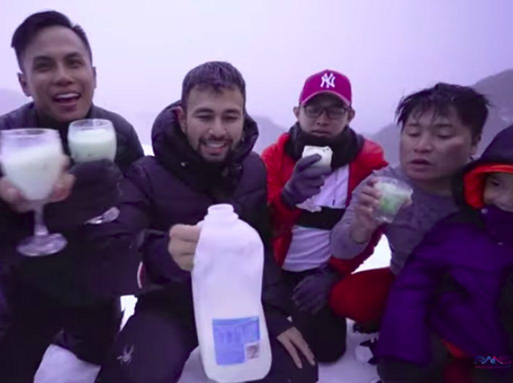Liburan Ke Gunung Hotham, Raffi Ahmad Makan Salju Pakai Alpukat dan Susu