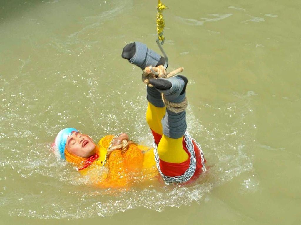 Tiru Aksi Houdini di Sungai Gangga, Pesulap India Hilang Tenggelam