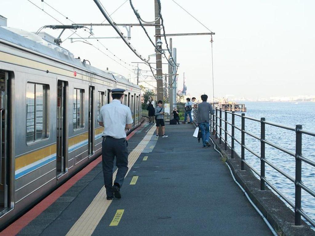 Foto: Stasiun Kereta Api di Samping Laut, Unik!