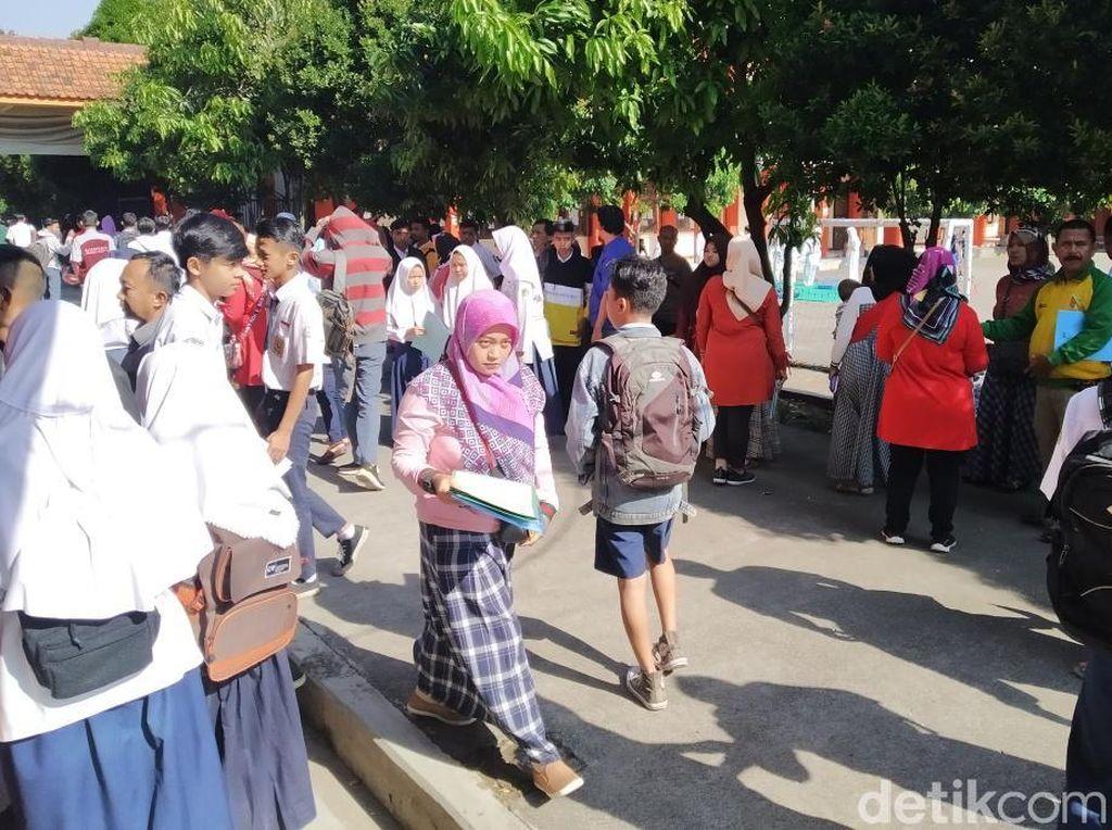 Warga Kabupaten Bandung Rela Berdiri dan Panas-panasan Daftar PPDB