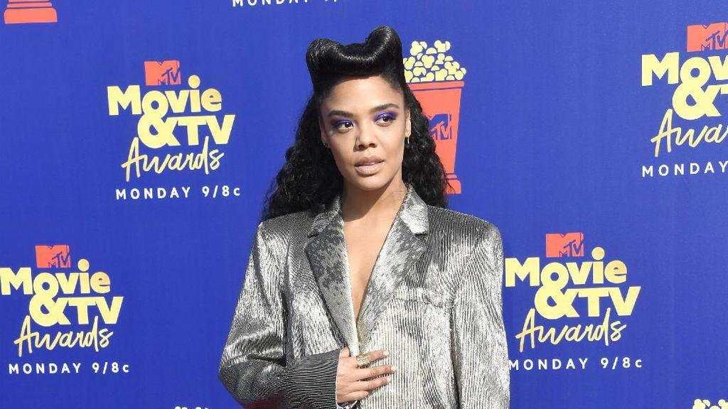 Pakai Blazer Tanpa Celana, Tessa Thompson Curi Atensi di MTV Movie Awards