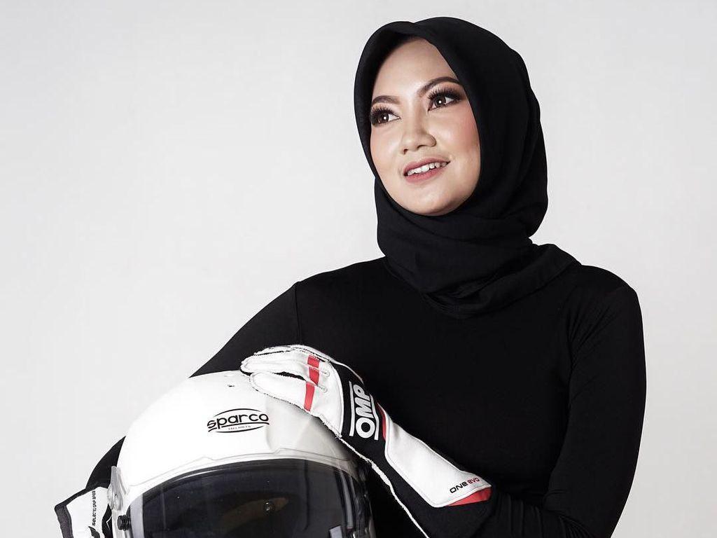 Gaya Hijab Pembalap Cantik Diandra Gautama yang Buat Patah Hati karena Nikah