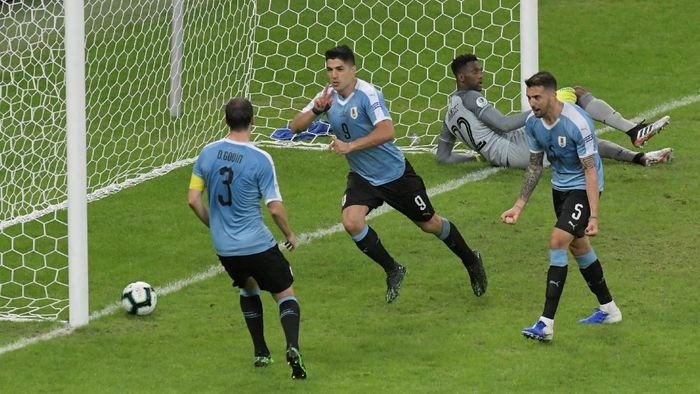 Luis Suarez merayakan gol ke gawang Ekuador. Timnas Uruguay memulai Copa America dengan kemenangan telak (Reuters/Washington Alves)