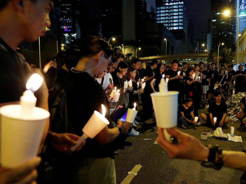 Potret Warga Hong Kong Beri Penghormatan untuk Pendemo yang Tewas