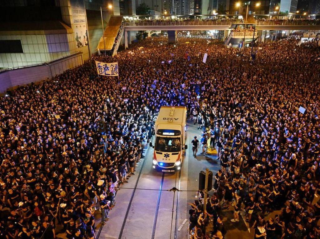 Video Massa Demo di Hong Kong Terbelah Demi Ambulans Lewat