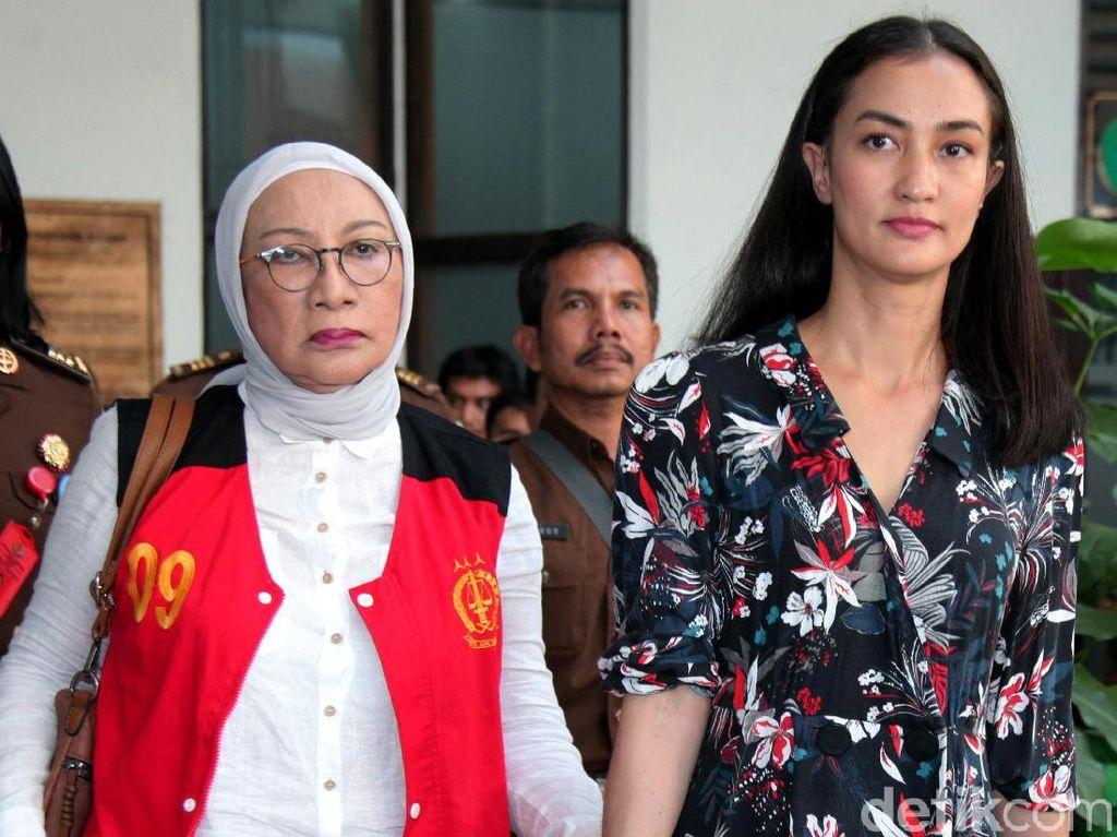 Atiqah Hasiholan Bocorkan Buku yang Ditulis Ratna Sarumpaet