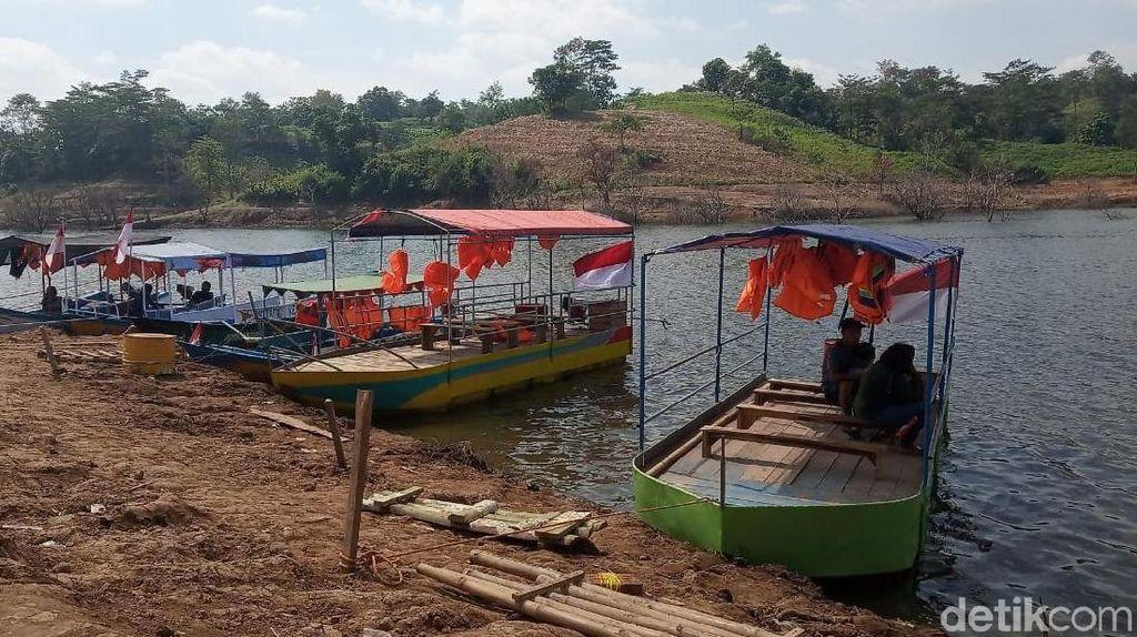 Foto: Ini Perahu Wisata di Bendungan Kudus yang Dilarang Beroperasi