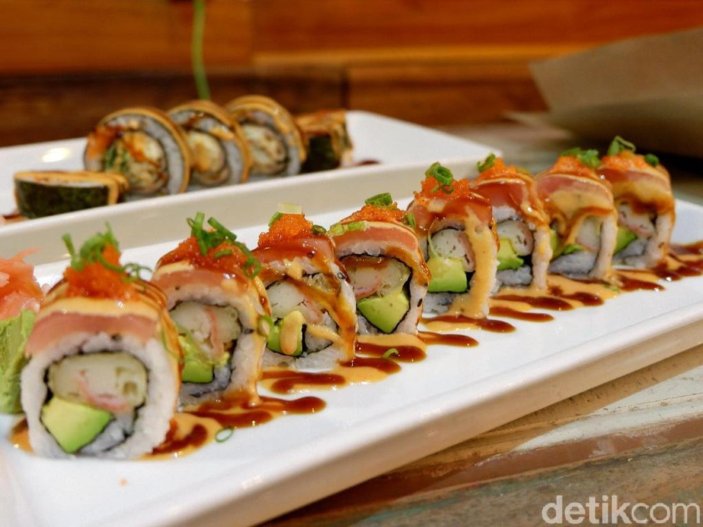 Happy Banana: Segarnya Carpaccio Tenggiri dan Fusion Sushi Enak di Labuan Bajo