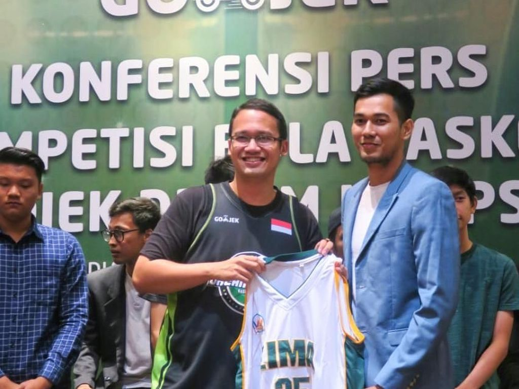 Pebasket Pro Ikut Main dalam Kompetisi Basket Antar SMA di Bandung