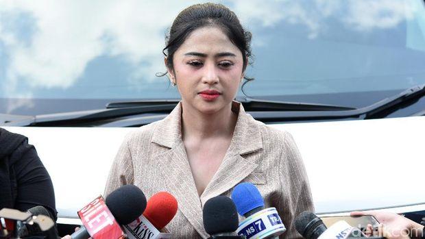 Dewi Perssik dan sang suami saat ditemui di studio Trans TV.