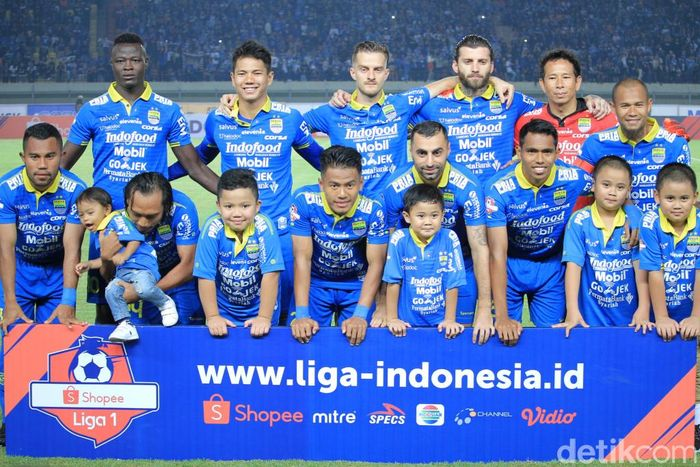 Persib Bandung menurunkan Made Wirawan, Malisic, Jupe, Supardi, Ardi, Hariono, Ghozali, Artur, Mihelic, Frets, dan NDouassel pada pertandingan yang dihelat di Stadion Si Jalak Harupat, Selasa (18/6/2019).