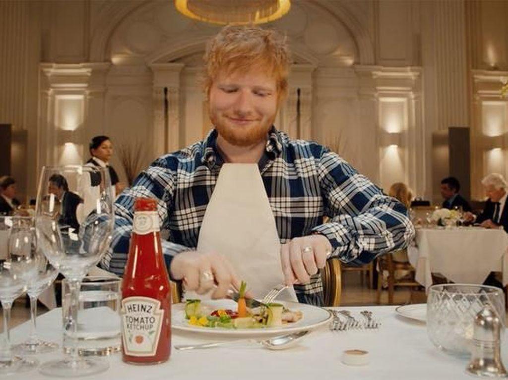 Tampil Sebagai Bintang Iklan Saus Tomat, Ed Sheeran Gebrak Tradisi Makan di Restoran
