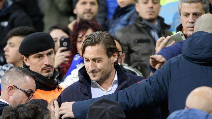 AS Roma membantah pernyataan pedas Francesco Totti soal klub (Enrico Locci/Getty Images)