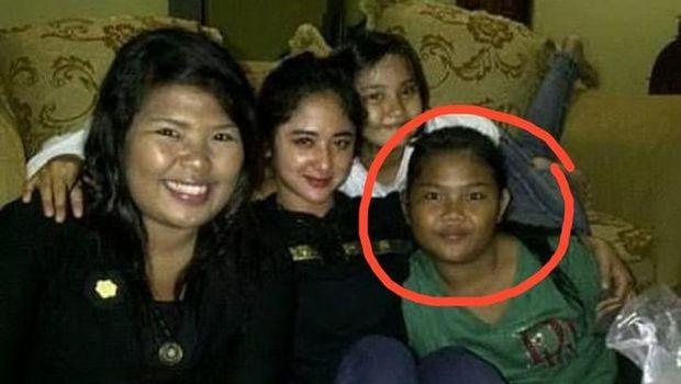 Foto lawas Dewi Perssik dan Rosa Meldianti