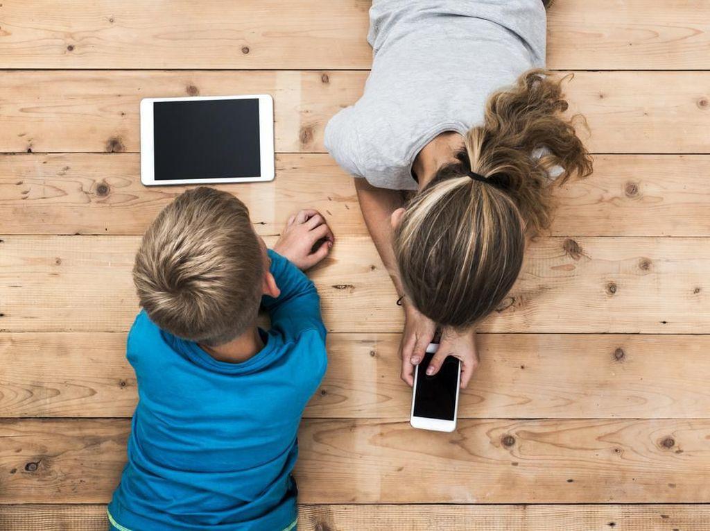 8 Cara agar Anak Tak Kecanduan Gadget Saat Tumbuh