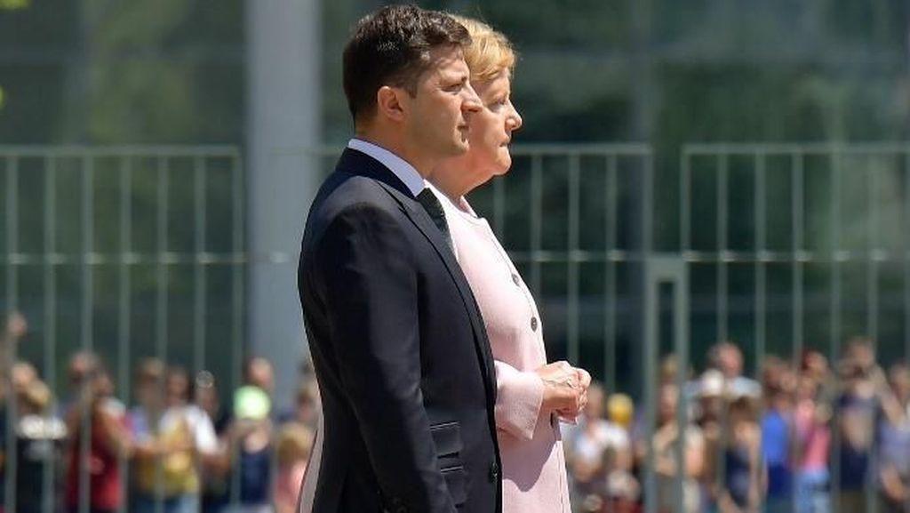 Momen Kanselir Jerman Kejang-kejang Saat Upacara