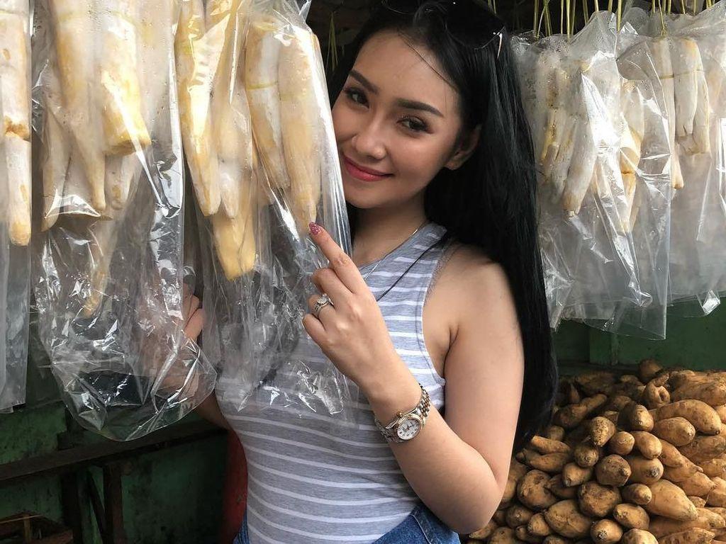 Kulineran Santai Putri Juby, Model Seksi yang Dikabarkan Dekat dengan Delon