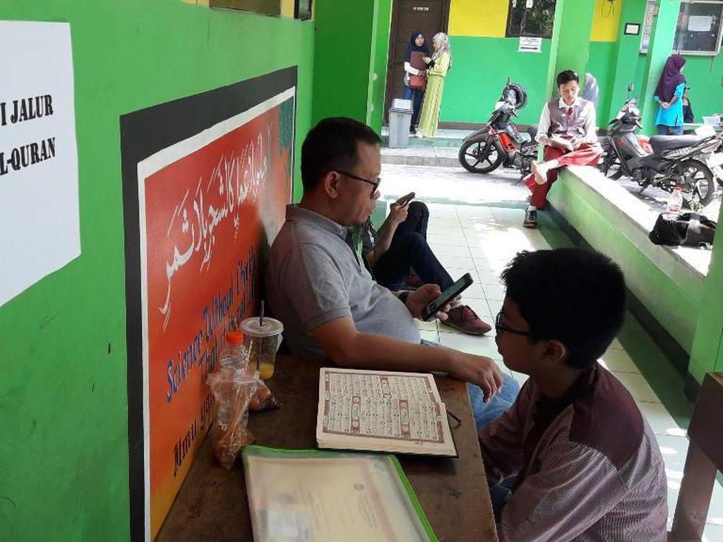 Pendaftar PPDB Jalur Tahfiz di Bekasi Antusias Ikuti Tes Hapalan Quran