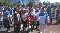 Kecewa Sistem Zonasi, Emak-Emak di Surabaya Demo di Grahadi