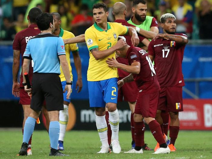 Pemain Timnas Brasil, Thiago Silva, selepas ditahan Venezuela 0-0. (Foto: Edgard Garrido/Reuters)