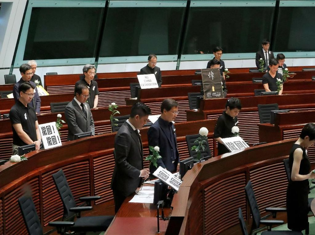 Anggota Dewan Hong Kong Mengheningkan Cipta untuk Pendemo yang Tewas