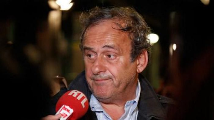 Michel Platini meladeni pertanyaan usi diperiksa Kepolisian terkait kasus dugaan Korupsi Piala Dunia 2022. (Foto: Zakaria ABDELKAFI / AFP)