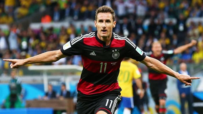Striker legendaris Jerman Miroslav Klose menempati posisi kedua dengan 16 gol dalam 24 penampilan di empat Piala Dunia (2002, 2006, 2010, 2014). Gol terakhir Klose bersarang di gawang Brasil di semifinal dalam kemenangan 7-1.Foto: Robert Cianflone / Getty Images