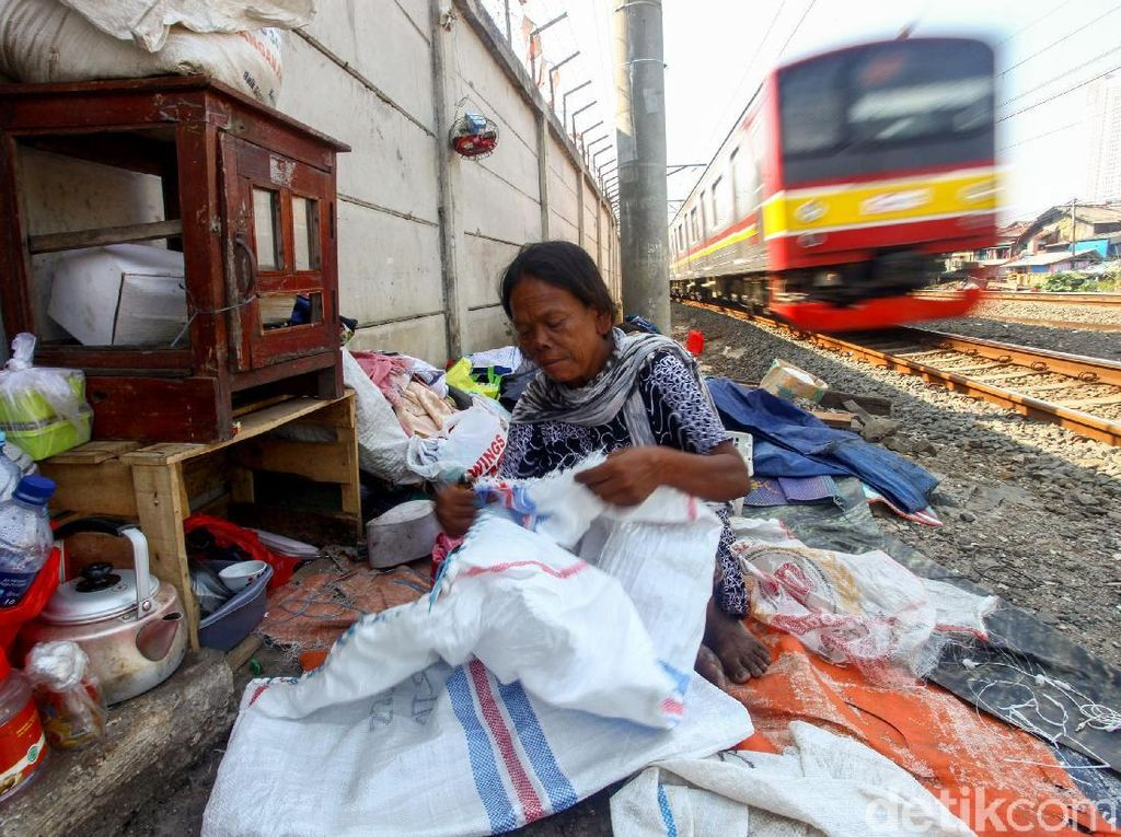 Potret Kehidupan di Bantaran Rel Kereta Api Ibu Kota