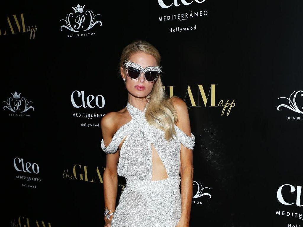 Tebar Pesona, Paris Hilton Pamer Kaki Jenjang dengan Gaun Berkilauan