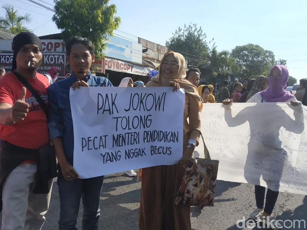 Protes Sistem Zonasi, Wali Murid di Surabaya Minta Jokowi Pecat Mendikbud