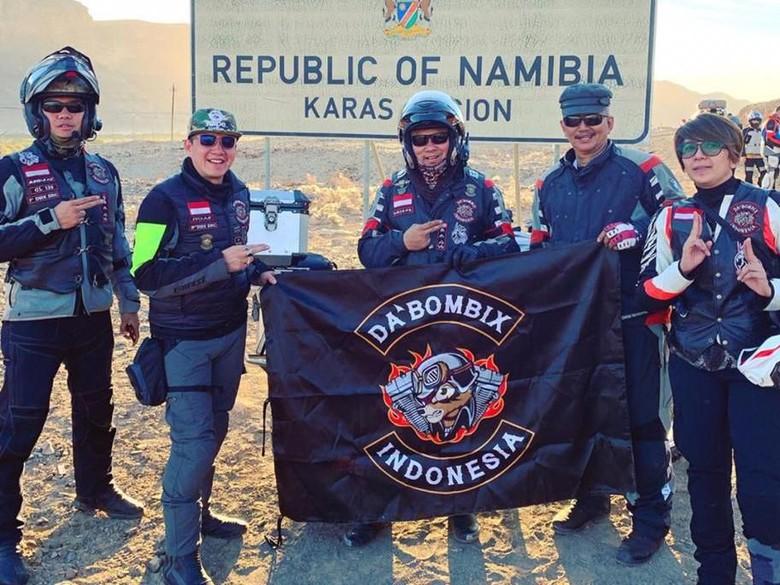 Foto: M Irfan saat touring di Namiba (memakai helem-paling kiri) (ist.)