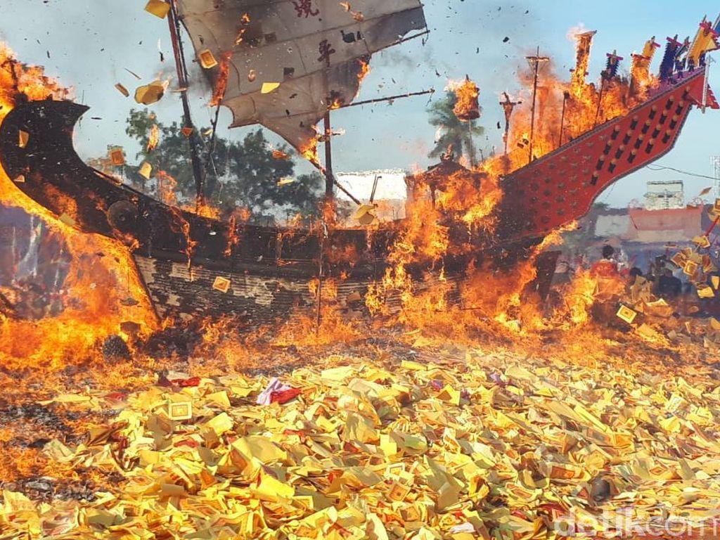 Prosesi Bakar Tongkang di Bagansiapiapi, Heboh dan Meriah!