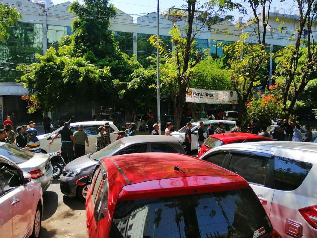 Bentrokan Banser dan FPI Warnai Penundaan Sidang Gus Nur