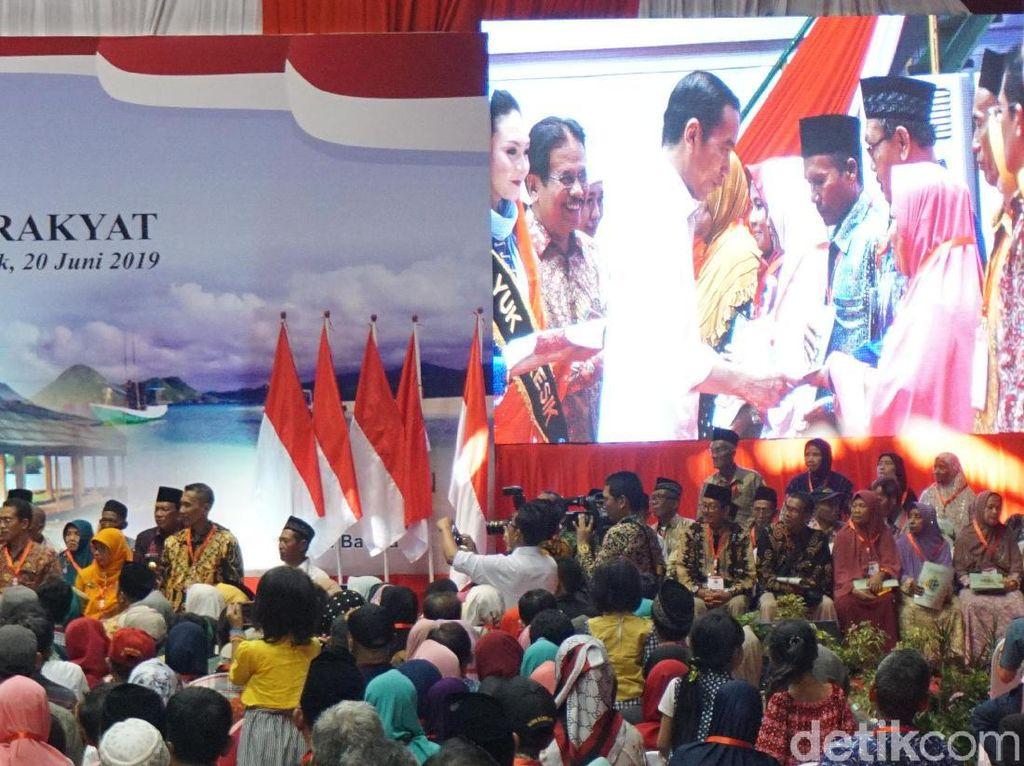Bagikan Sertifikat Gratis, Ini Pesan Jokowi ke Warga Gresik